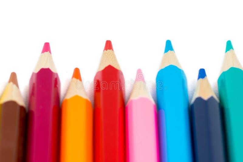Lápis coloridos na fileira no fundo branco foto de stock