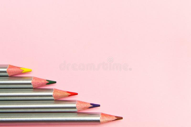 Lápis coloridos no fundo do rosa pastel Cores da tendência, teste padrão lápis de madeira Multi-coloridos com revestimento pratea fotos de stock