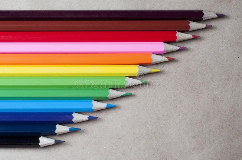 Lápis coloridos no papel de embalagem fotos de stock royalty free