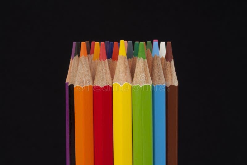 Lápis coloridos no preto imagem de stock royalty free