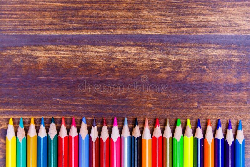 Lápis coloridos postos na configuração do plano da fileira fotografia de stock