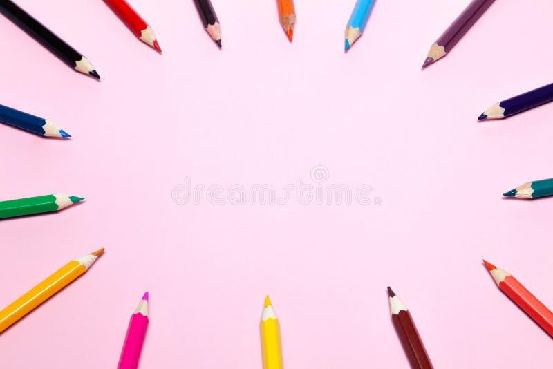 Lápis coloridos sem emenda do arco-íris alinhados em torno do contorno, no fundo do rosa isolado Conceito do espaço livre, copysp foto de stock royalty free