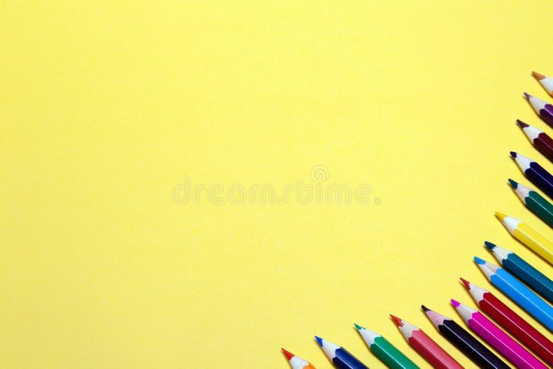 Lápis coloridos sem emenda do arco-íris alinhados em torno do contorno, no fundo do rosa isolado Conceito do espaço livre, copysp foto de stock