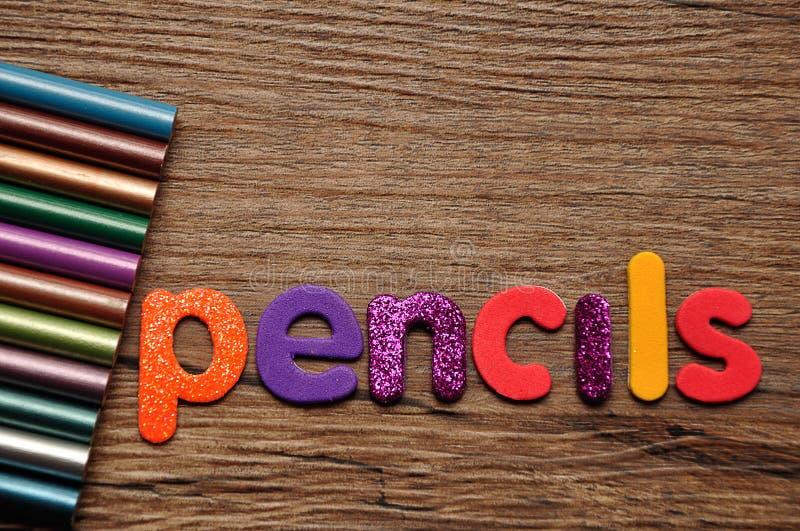 Lápis colorindo com os lápis da palavra imagem de stock