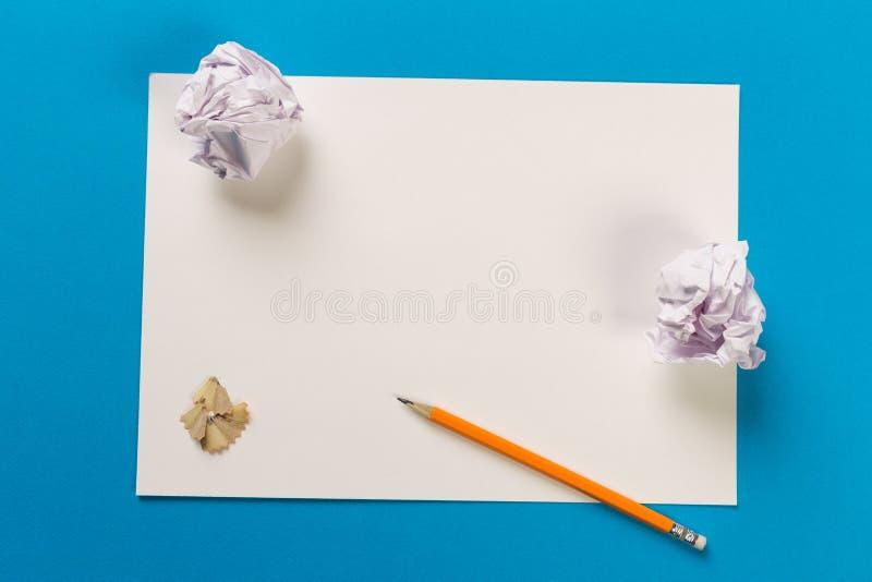Lápis com apontar aparas com as folhas do Livro Branco fotos de stock