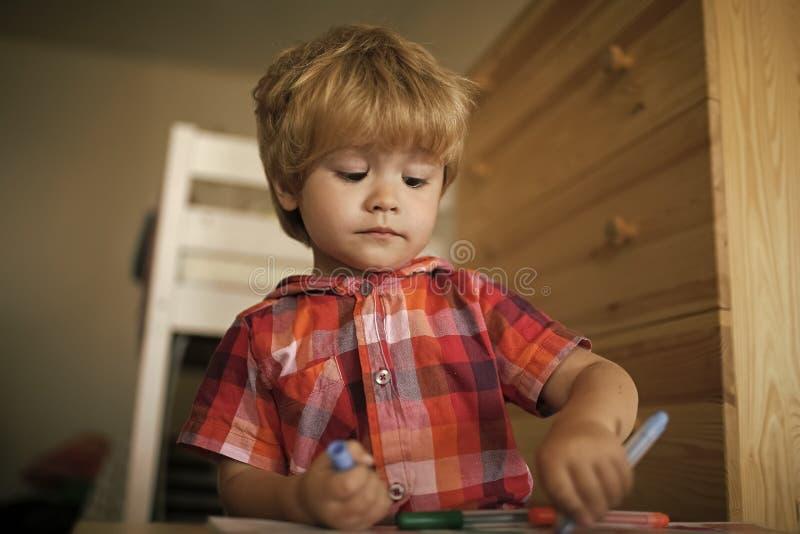Lápis da coloração da brincadeira do pintor Infância e felicidade, aprendendo fotografia de stock