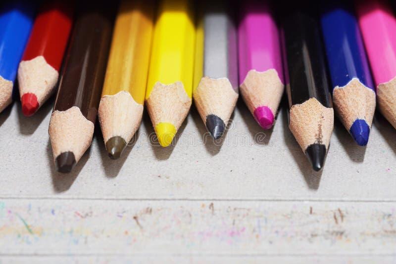 Lápis da cor ajustado na caixa fotografia de stock royalty free