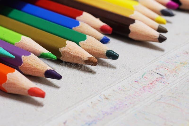 Lápis da cor ajustado na caixa imagens de stock