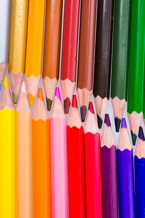 Lápis da cor colocados em um fundo branco fotografia de stock royalty free