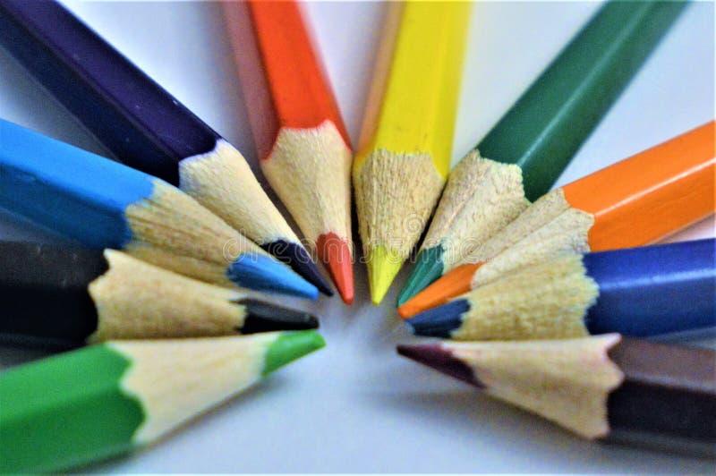 Lápis da cor Lápis coloridos que formam um semicírculo da cor fotografia de stock