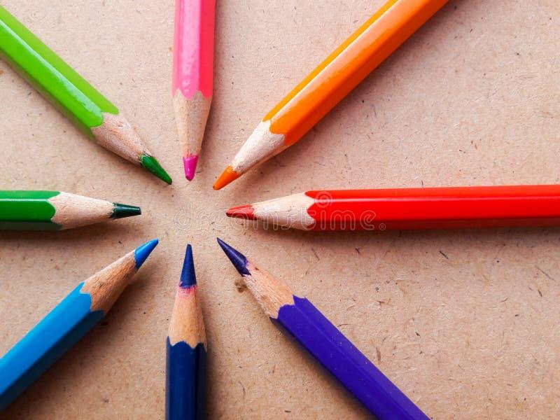Lápis da cor da educação Colorido no fundo de madeira fotografia de stock royalty free