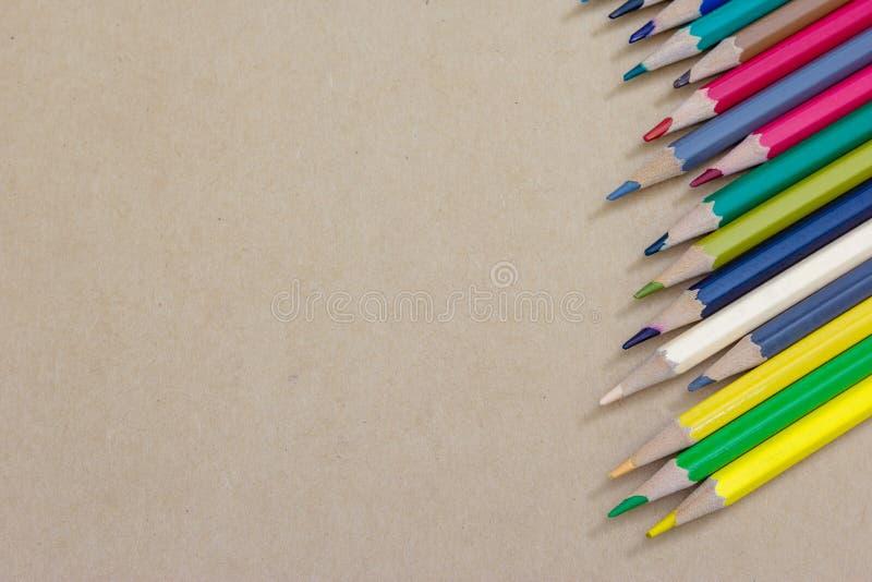 Lápis da cor do close up no papel marrom fotografia de stock