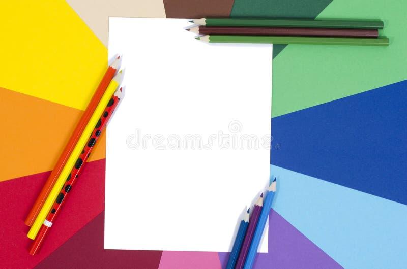 Lápis da cor e papel branco da folha imagem de stock royalty free