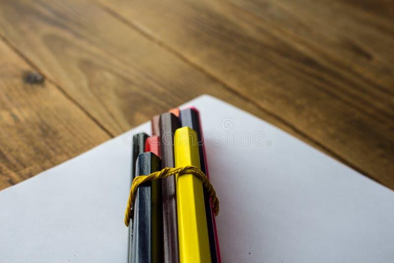 Lápis da cor em um Livro Branco foto de stock