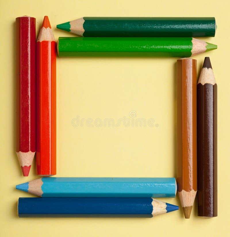Lápis da cor que dão forma a um frame quadrado imagem de stock royalty free
