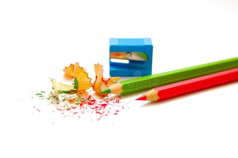 Lápis e aparas de madeira apontados imagens de stock