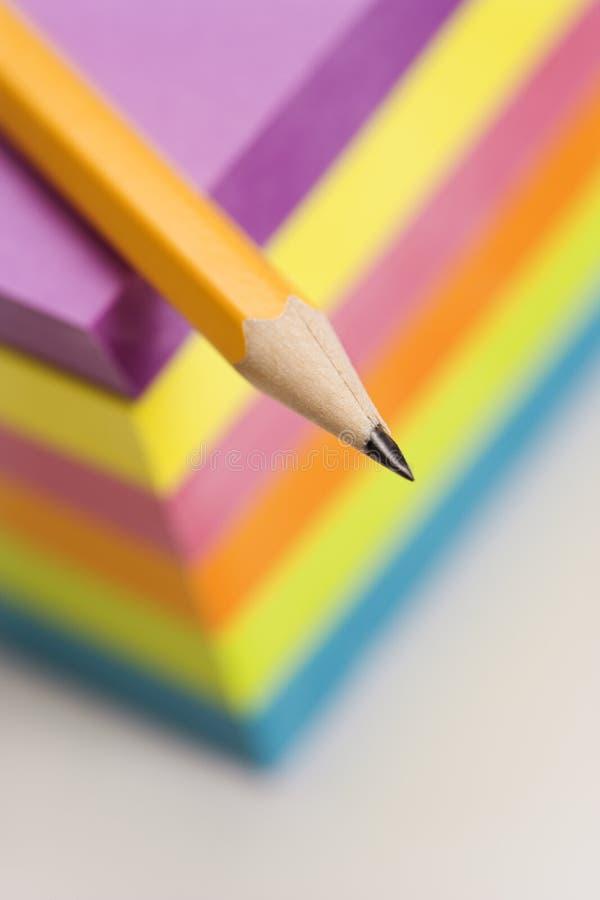 Lápis e notas pegajosas. fotos de stock