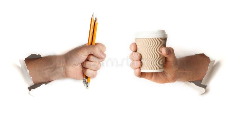 Lápis e xícara de café à disposição, conceito do estudo e preparação do exame fotografia de stock royalty free