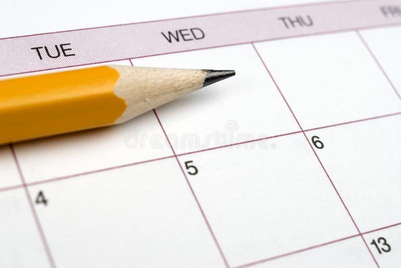 Lápis em um calendário. imagem de stock