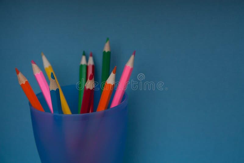 Lápis em um suporte azul em um fundo azul foto de stock royalty free