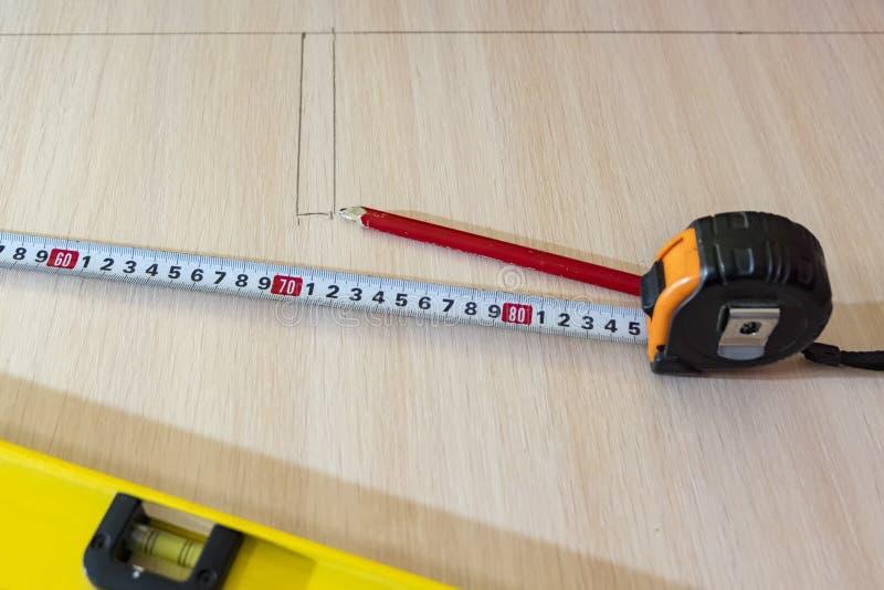 Lápis, fita métrica na superfície de madeira Para medir para cortar fotografia de stock royalty free