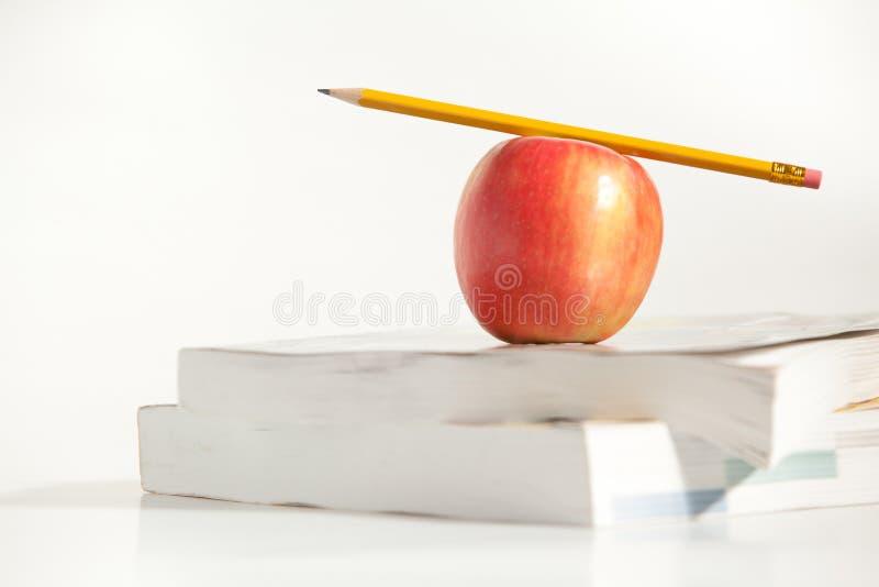 Lápis na parte superior um Apple fotografia de stock