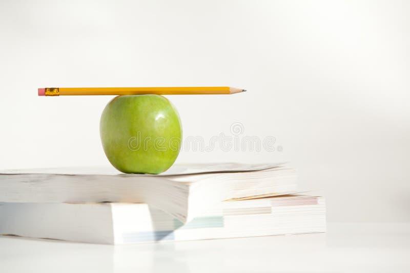 Lápis na parte superior um Apple foto de stock royalty free