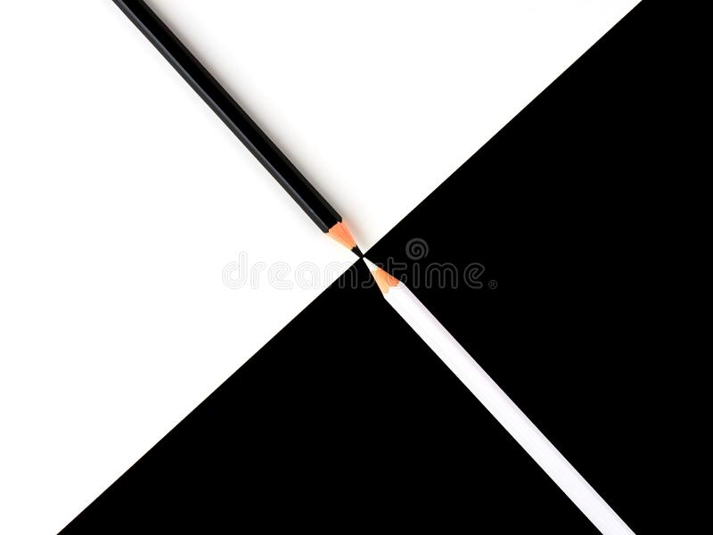 Lápis preto e branco em um fundo de contraste foto de stock