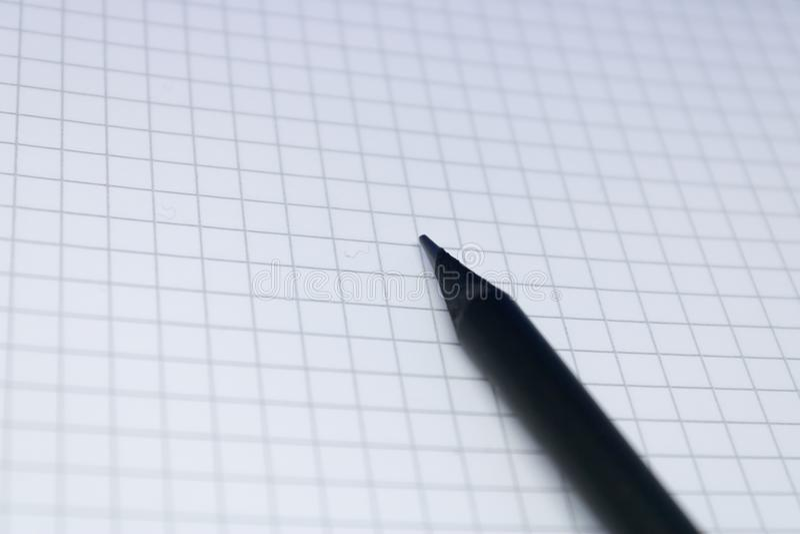 Lápis preto na folha do bloco de notas, conceito da educação: Imagem da página vazia com o lápis, copyspace do caderno para o neg imagens de stock royalty free