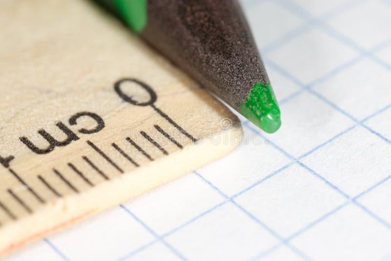 Lápis verde no papel Macro imagens de stock royalty free