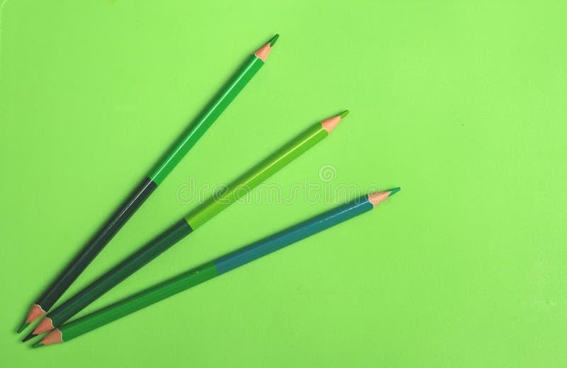 lápis verdes sobre fundo verde imagem de stock