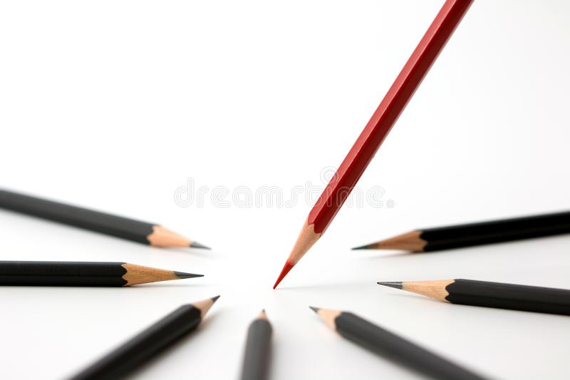 Lápis vermelho que está para fora da multidão de conceito preto idêntico do sucesso comercial dos companheiros da abundância imagem de stock royalty free