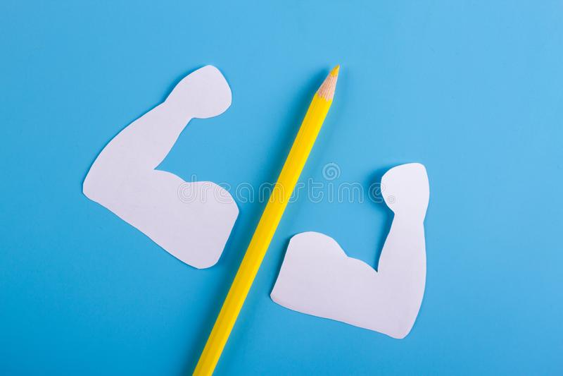 lápiz amarillo en fondo azul fotos de archivo