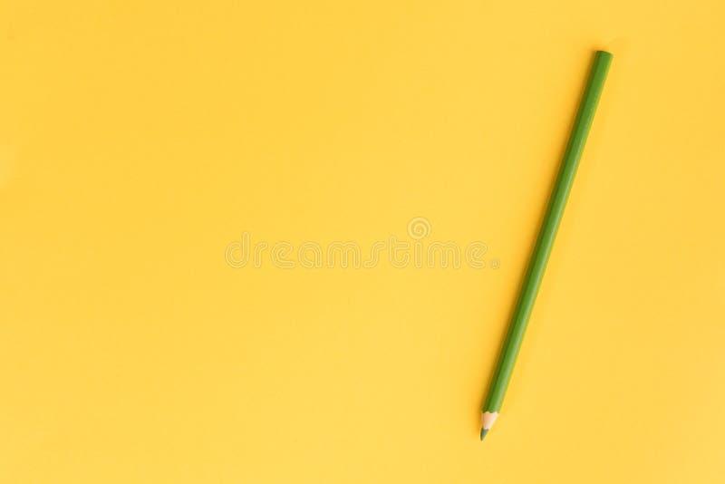 Lápiz coloreado en el papel del color fotos de archivo