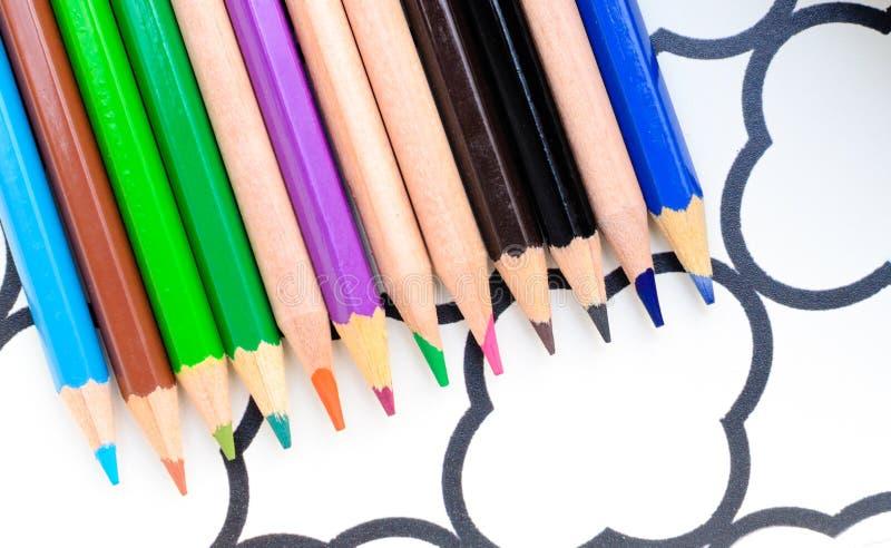 lápiz coloreado que pone en el papel imágenes de archivo libres de regalías