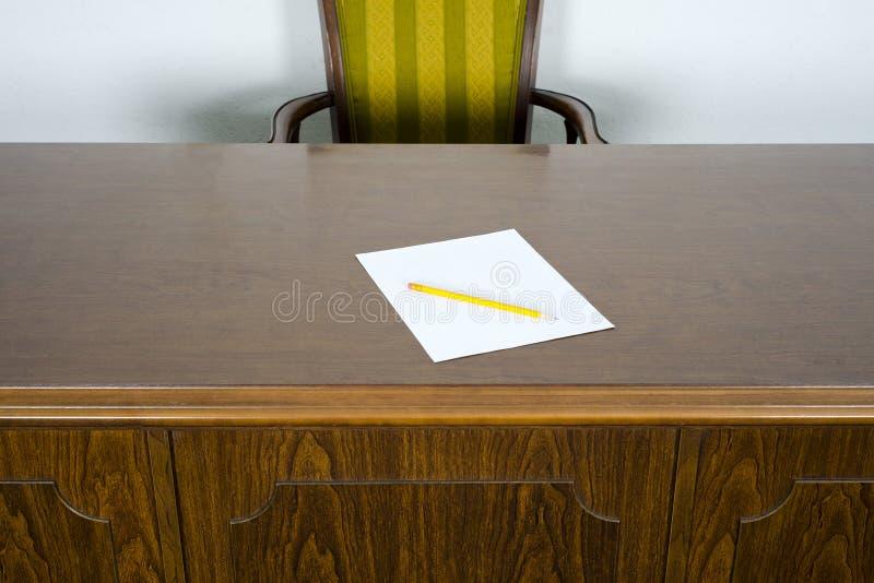 L piz del papel en blanco del escritorio y de la silla de for Escritorio y silla de oficina