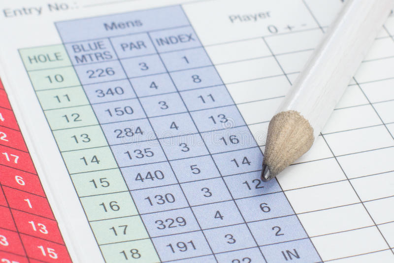Lápiz en una tarjeta de puntuación del golf foto de archivo
