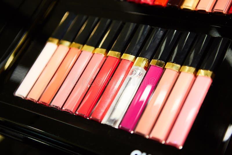 Lápiz labial Lápices labiales coloridos de la moda sobre fondo negro El lápiz labial teñe la paleta, el maquillaje profesional y  fotografía de archivo libre de regalías