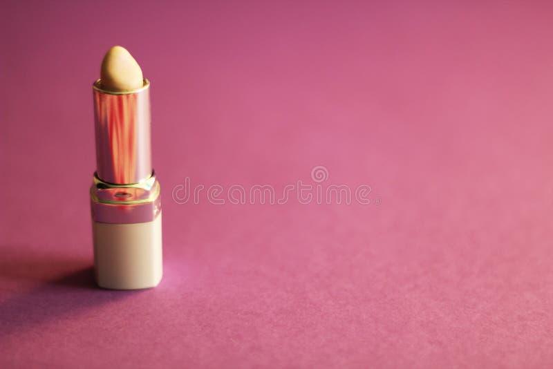 Lápiz labial neutral, fondo púrpura, espacio de la copia libre fotografía de archivo libre de regalías