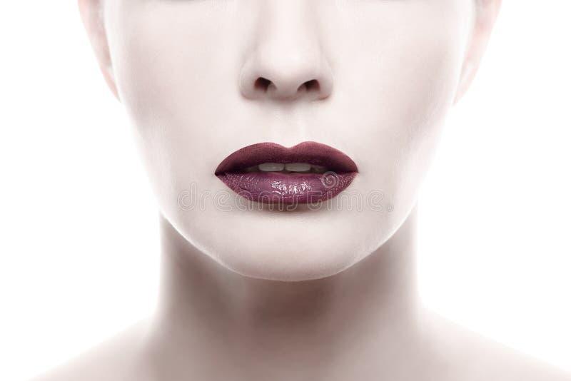 Lápiz labial púrpura oscuro en Pale Woman Face fotos de archivo