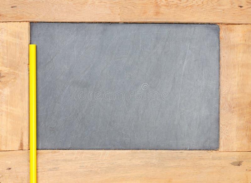 Lápiz puesto en escena de madera del tablero de la pizarra imágenes de archivo libres de regalías