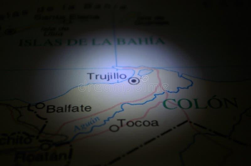 Lápiz que señala en una ciudad Trujillo de Honduras fotos de archivo libres de regalías