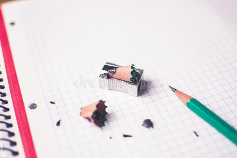 Lápiz verde, tiempo del concepto para ser creativo fotografía de archivo libre de regalías