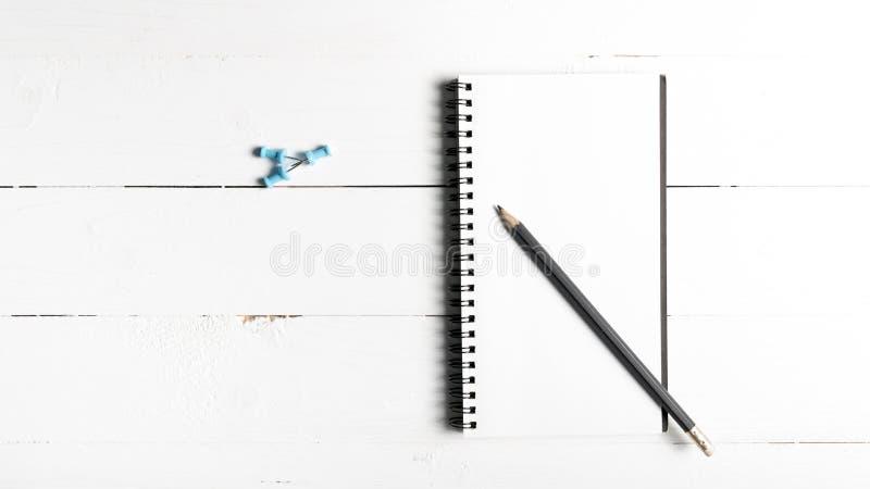 Lápiz y libreta con el perno del empuje imagen de archivo libre de regalías