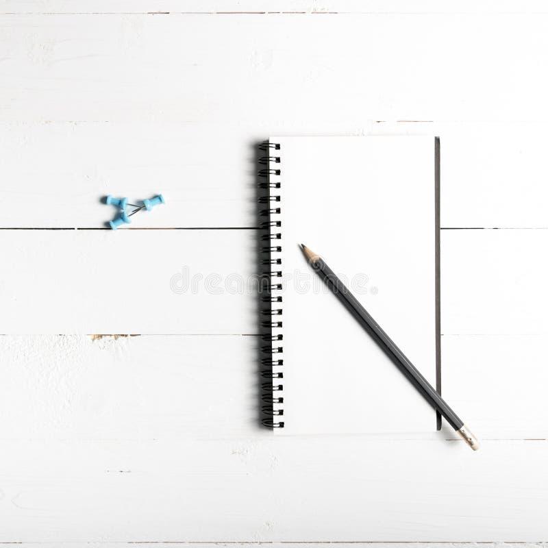 Lápiz y libreta con el perno del empuje foto de archivo