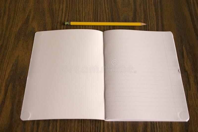 Lápiz y libro fotografía de archivo libre de regalías