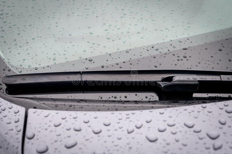 Lâmina de limpador do para-brisa no tempo chuvoso foto de stock