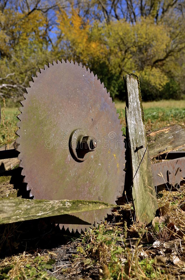 Lâmina de serra circular velha enorme imagens de stock