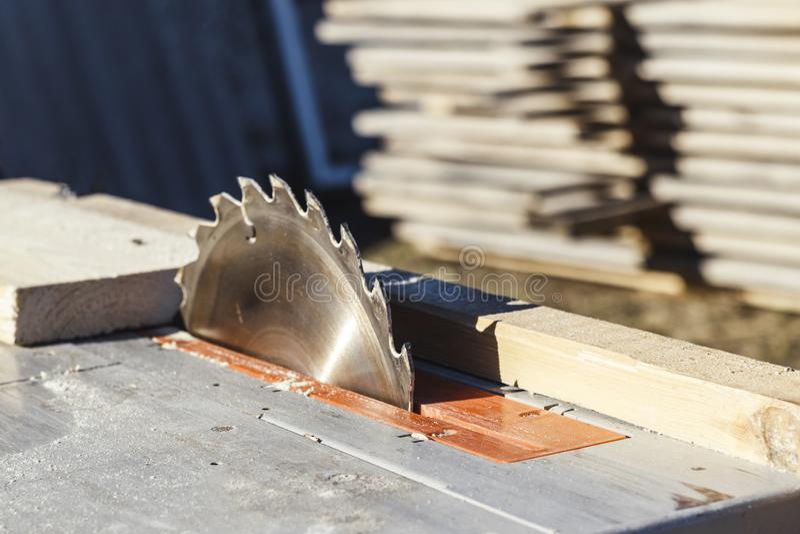 Lâmina de serra a máquina está pronta para trabalhar há um quadro-negro no fundo foto de stock royalty free