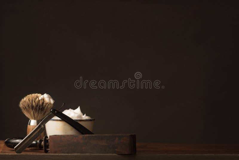 Lâmina reta velha com escova, couro e sabão de rapagem imagem de stock royalty free
